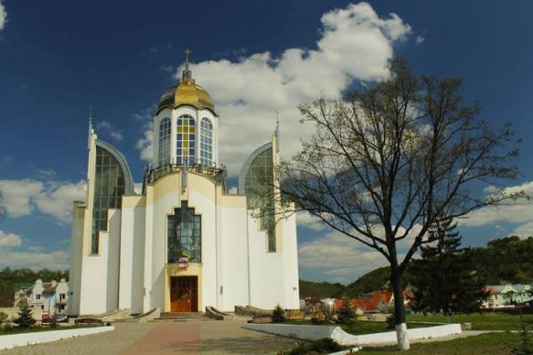 Маловідома Україна: У серці одного з міст Тернопільщини височіє храм у вигляді тризуба (Фото)