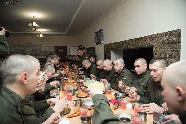 «Хочу побажати віри в перемогу і  повернення до мирного життя», – голова ТОДА повечеряв із нацгвардійцями (Фото)