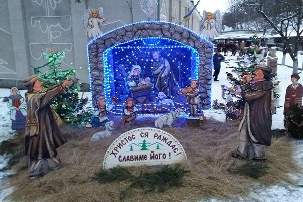 Богородиця з немовлям у традиційному лемківському одязі головні постаті різдвяної шопки у Монастириську