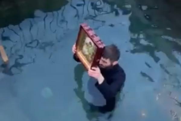 На Тернопільщині священик нестандартно освятив Йорданську воду, чим здивував усіх присутніх (Відео)