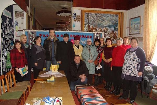 Благодійна акція: як у Борщеві народні умільці і активісти виготовляли обереги для бійців на фронті