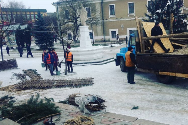 На Тернопільщині у Бережанах демонтували головну ялинку міста