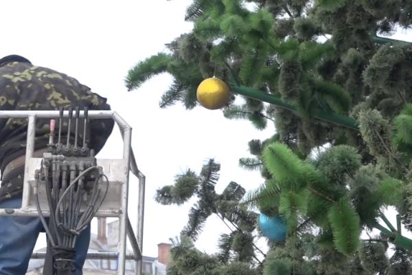 Як у Тернополі проводять демонтаж головної ялинки (Відео)