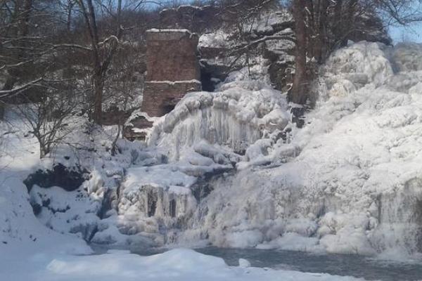 Жителі Тернопільщини милуються замерзлим Джуринським водоспадом (Фото)