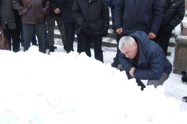 У Тернополі заради рекорду чоловік заховав свого товарища в сніговій кучугурі