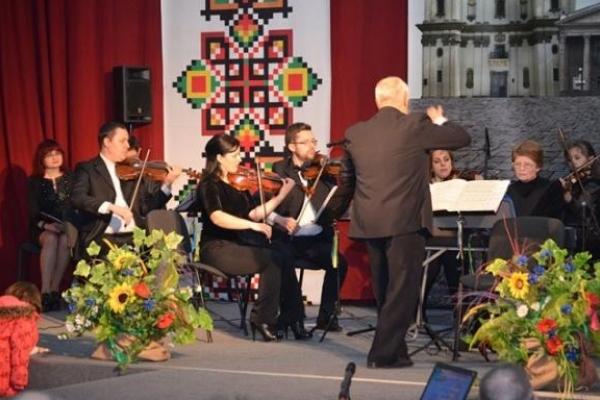 Галицький камерний оркестр зіграв для літніх людей Тернополя