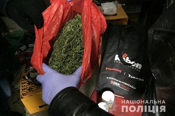 На Борщівщині чоловіки тримали вдома марихуану