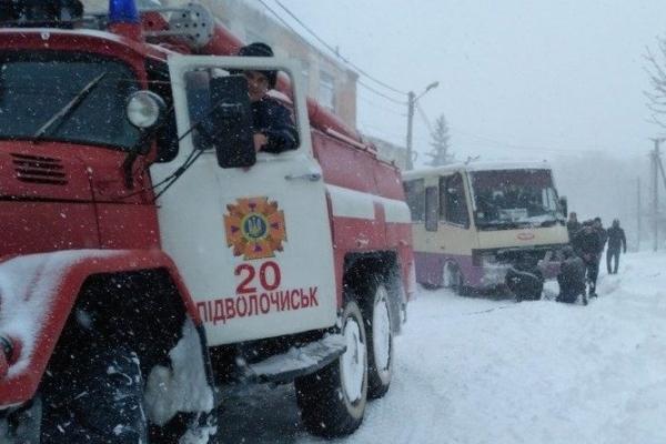На Тернопільщині рятувальники витягували із заметів автобус