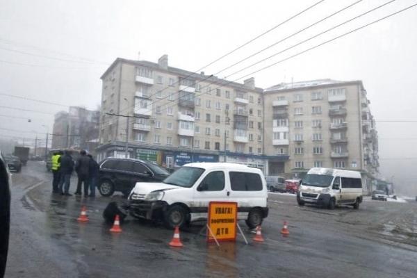 У Тернополі біля «Маяка» зіткнулись дві іномарки