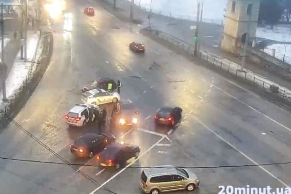У Тернополі масштабна ДТП: зіткнулися три автівки