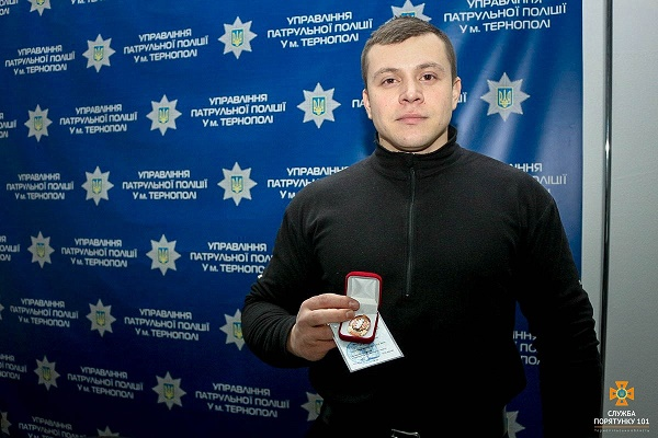 У Тернополі нагородили поліцейського, який врятував дитину
