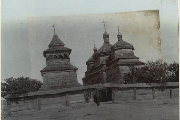 Якою була дерев'яна церква в містечку Товсте?