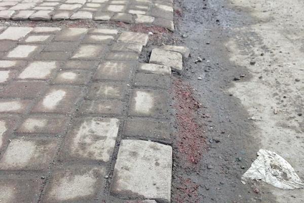 У центрі Бучача розвалюється бруківка на тротуарі через водіїв, які там паркуються (Фото)
