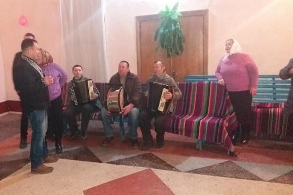 У села Білозірка на Лановеччині священик організував вечір танців «Тим, кому за 40» (Фото)