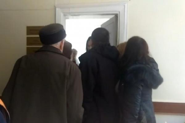У тернопільській поліклініці люди із «живої» черги напали на жінку, що записалася до лікаря онлайн (Відео)