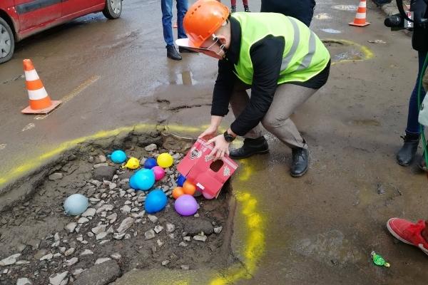 Садовий ремонтує львівські дороги повітряними кульками (Відео)