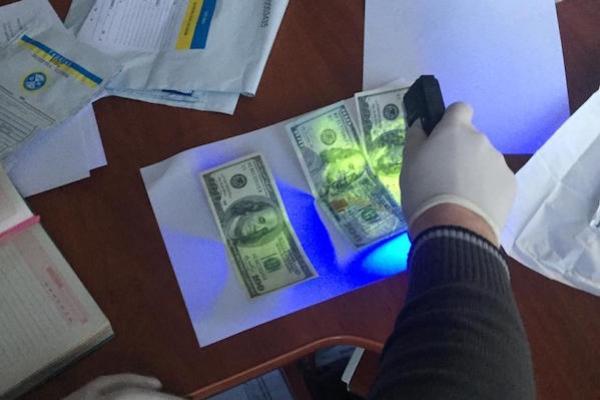 На Тернопільщині викрито агента митного оформлення, що вимагав та отримав 300 доларів США хабара