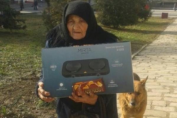 Для одинокої бабусі Євгенії з Бережанщини благодійники купили електричну плиту
