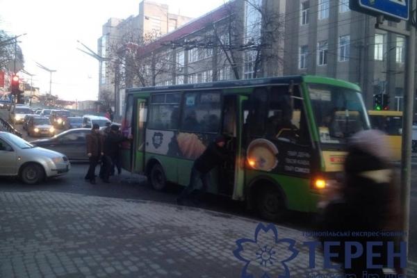 Тернополянам довелось штовхали маршрутку, щоб доїхати до зупинки (Фото)