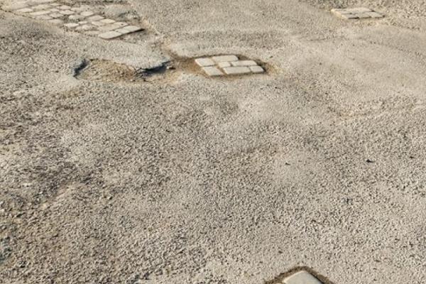 «Нанотехнології» у Тернополі: ями на дорозі залатали бруківкою