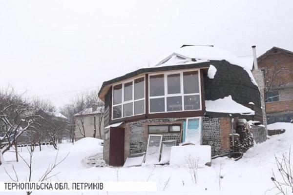 На Тернопільщині чоловік збудував енергоощадний будинок з пляшок (Відео)