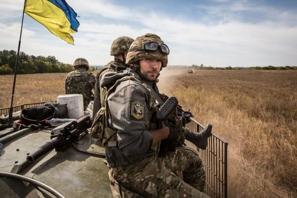 Полторак підписав наказ про підвищення зарплат військовим на передовій