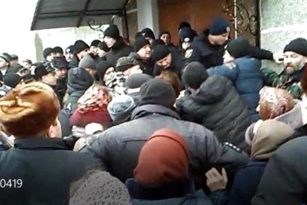 У Гніздичному на Збаращині знову побилися через церкву
