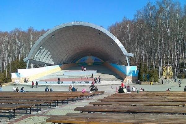 Тернополяни просять заборонити їздити автомобілям у парку Національного Відродження