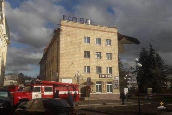 У Чорткові з готелю зірвало покрівлю (Фото)