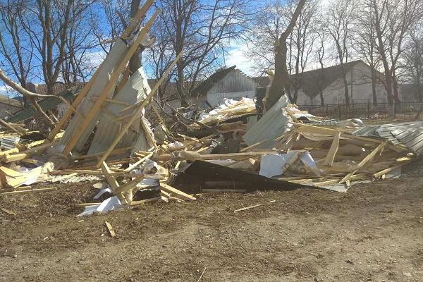 Негода на Тернопільщині позривала дахи, пошкодила будівлі