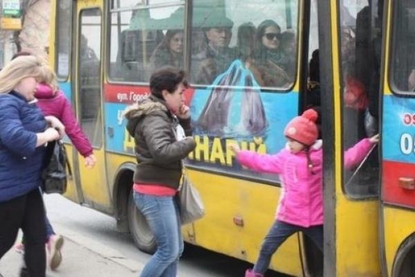 В Тернополі водій маршрутки притиснув дверима дитину та ще й облаяв її