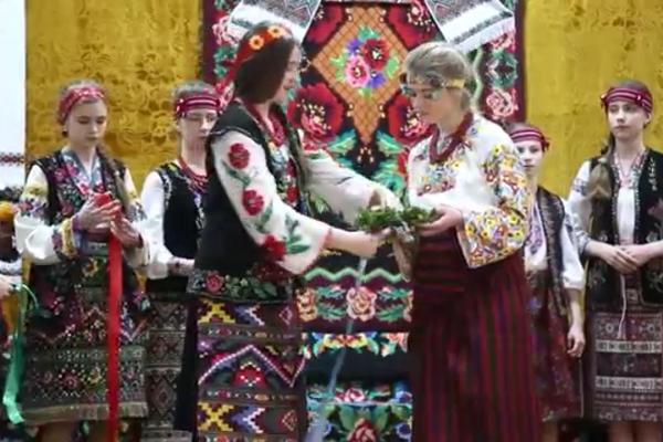 Школярі із села Великі Гаї на Тернопільщині відтворити давній обряд галицького весілля