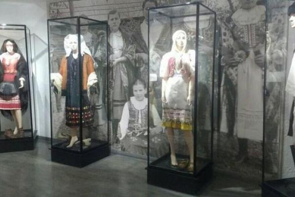 «Наші експонати засяяли, ніби заговорили» - у Монастириську оновили музей «Лемківське село»