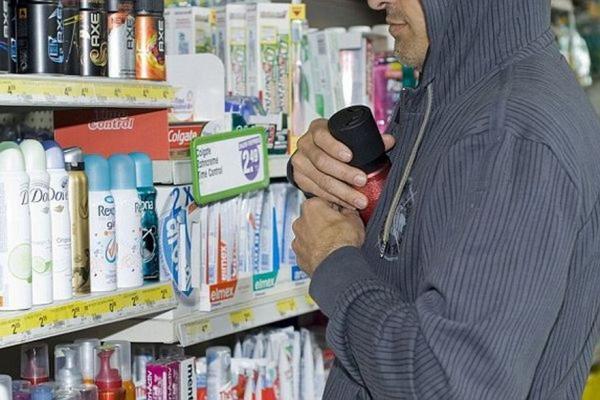 У Тернополі шукають чоловіка, який вкрав парфуми