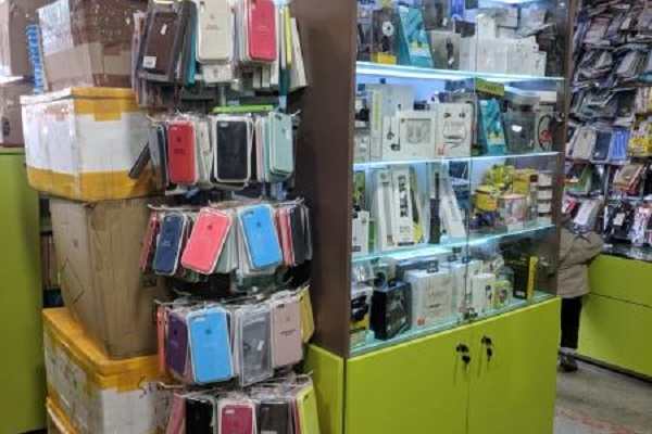 У Тернополі чоловік і жінка вкрали з магазину телефон (Відео)