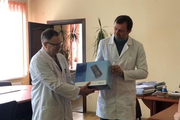У Тернополі благодійники передали електрокардіостимулятор обласній лікарні