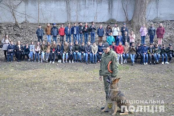 Чортківські школярі побували у кінологічному центрі Нацполіції