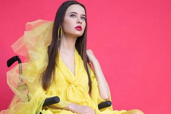 Дівчина з Тернопільщини після важкої травми стала моделлю на візку