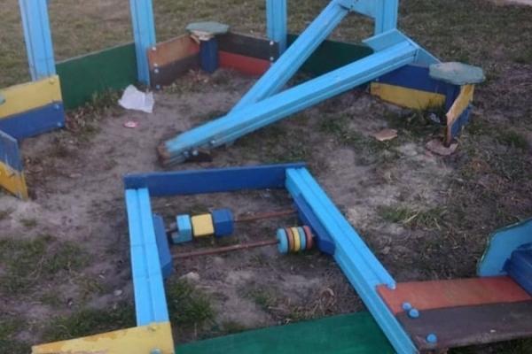 У Ланівцях шукають вандалів, які потрощили дитячий майданчик (Фото)