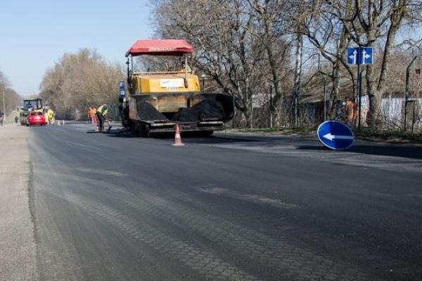 На дорогах Тернопільщини триває ремонт картами (Фото)