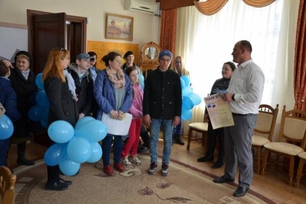 У містечку на Тернопільщині провели флешмоб на підтримку дітей з аутизмом