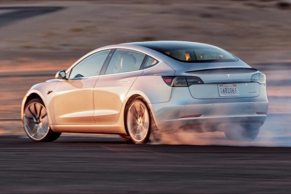 У Тернополі з'явилася перша офіційна Tesla Model 3 за півтора мільйона гривень