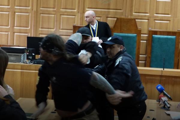 У залі суду колишній співмешканець Тетяни Подвашецької накинувся на ймовірного вбивцю (Відео)
