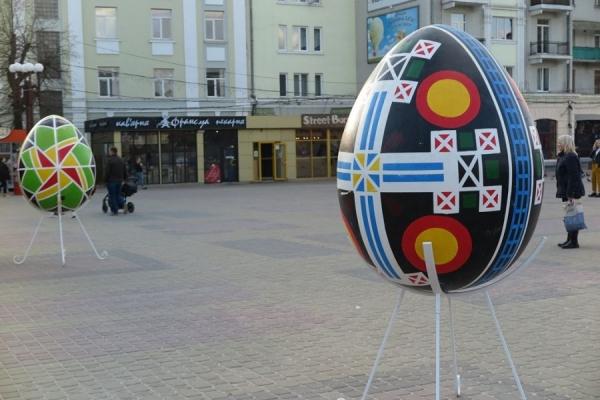 У центрі Тернополя можна побачити писанки у зріст людини (Фото)