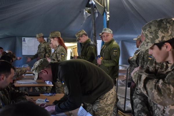 Як голосують тернопільські захисники у зоні бойових дій (Фото)