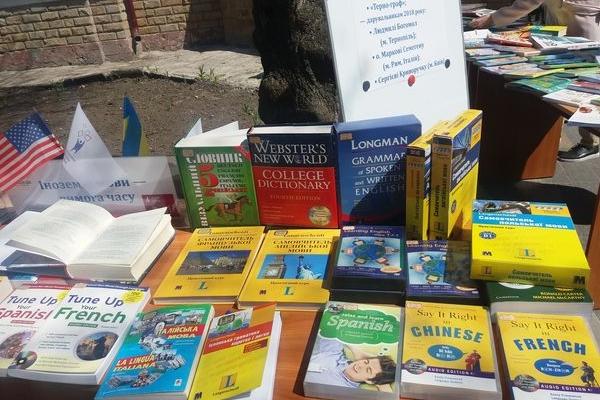 З Тернопільської обласної наукової бібліотеки винесли на вулицю книги, щоб знайти нових читачів