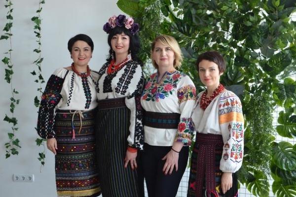 Тернополянки одягли борщівські вишивані сорочки (Фото)