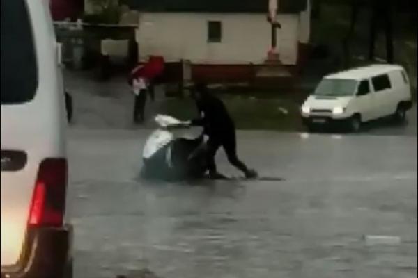 На Кременеччині дощ перетворив дорогу на річку (Відео)