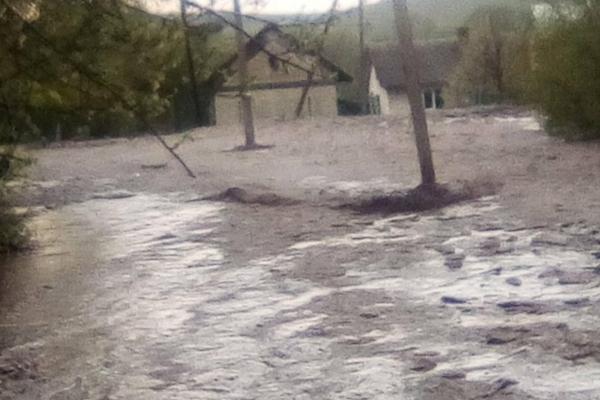 Дороги на Бережанщині перетворились у болотяні ріки (Відео)