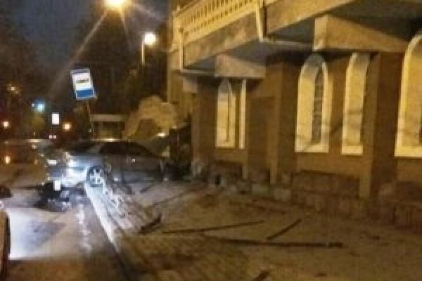 У Тернополі п'яний водій зніс огорожу на Острозького